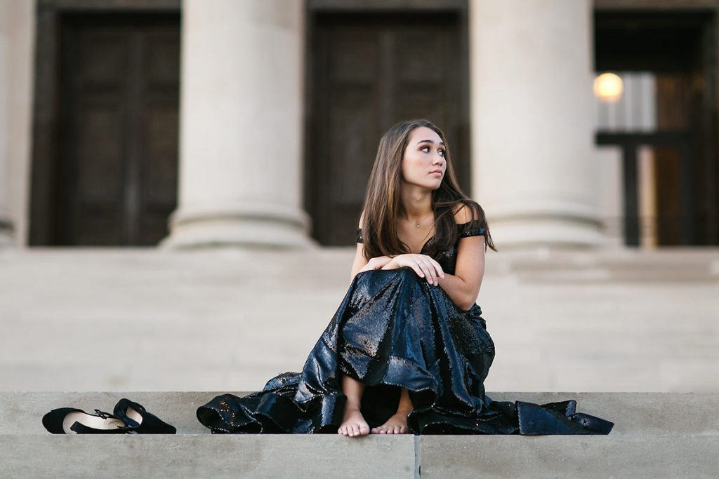 https://www.mikejulie.com/wp-content/uploads/2018/04/relaxed-candid-of-high-school-senior-sitting-on-steps-1024x683.jpg