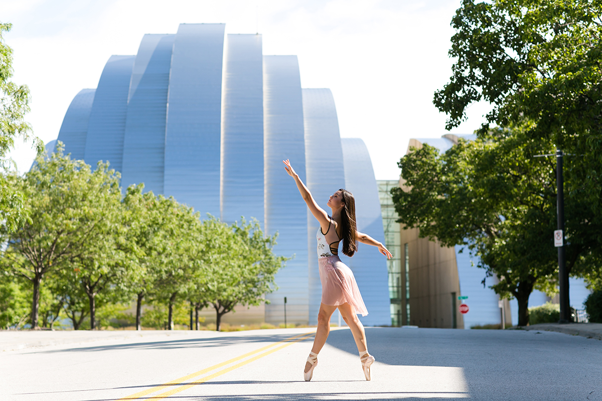 pointe relevé dancer picture in front of Kauffman Center in Kansas City